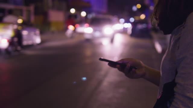 stockvideo's en b-roll-footage met aanvragen en wachten taxi - taxi