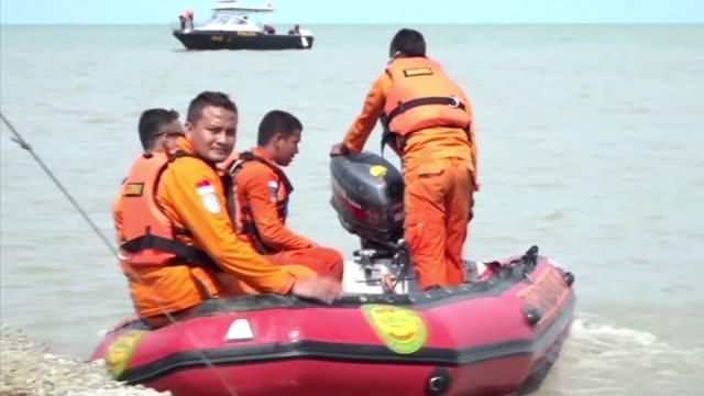 rescatistas indonesios buscaban el lunes con pocas esperanzas a sobrevivientes del vuelo de la aerolinea de bajo coste lion air que se estrello tras... - transporte stock videos & royalty-free footage