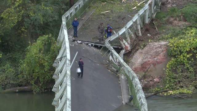 vídeos de stock e filmes b-roll de rescue divers search the waters of the tarn river haute garonne after the collapse of a suspension bridge in southwest france - southwest usa