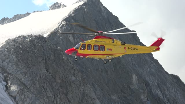 vidéos et rushes de rescue helicopter on the glacier on adamello mountain - hélicoptère