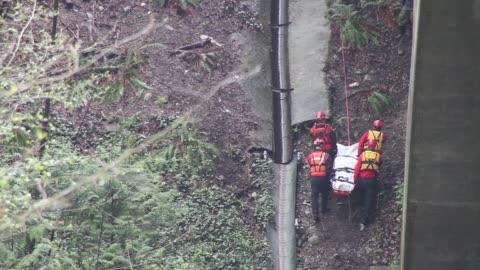 stockvideo's en b-roll-footage met rescue team carrying dead body - reddingswerker