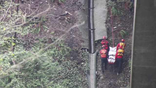 rescue team carrying dead body - 救助隊点の映像素材/bロール