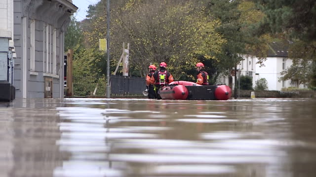 rescue teams assisting stranded residents after heavy flooding in evesham - small boat stock videos & royalty-free footage