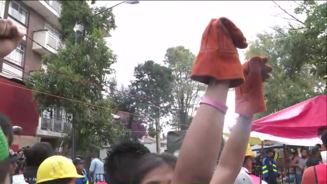 vídeos y material grabado en eventos de stock de ktla rescue teams raise their fists for complete silence as they search for earthquake victims on the anniversary of a deadly 80 quake that struck... - puño gesticular