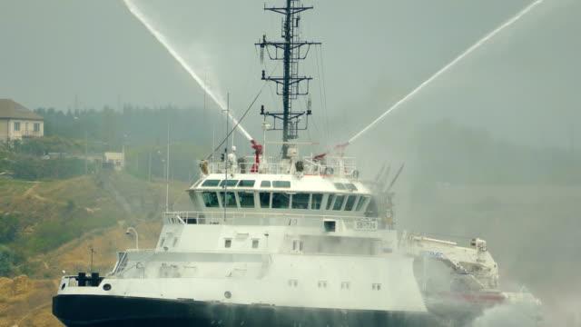 火戦いの単位との救助船 - タグボート点の映像素材/bロール