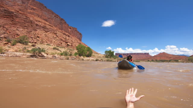 vídeos de stock e filmes b-roll de pov rescue woman capsized while rafting with kayak in colorado river - resgate