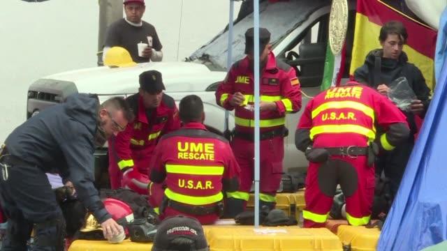 vídeos y material grabado en eventos de stock de rescue workers continue clearing debris on sunday from a collapsed building on alvaro obregon avenue in mexico city five days after a deadly... - terremoto