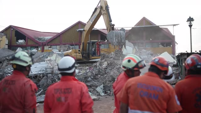 vídeos de stock e filmes b-roll de rescue workers known as topos azteca search for survivors and clear the debris of damaged buildings funerals of some earthquake victims are held... - sismo
