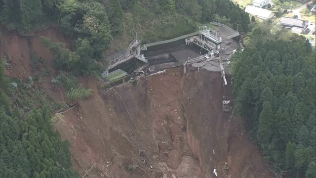 rescue workers look for survivors around the tateno district in the village of minamiaso kumamoto prefecture april 17 japan the selfdefense forces... - japan self defense forces stock videos and b-roll footage