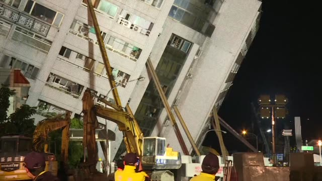 vídeos de stock, filmes e b-roll de rescue workers pulled survivors and bodies from buildings tilting precariously in the taiwanese city of hualien wednesday after an overnight... - enviesado