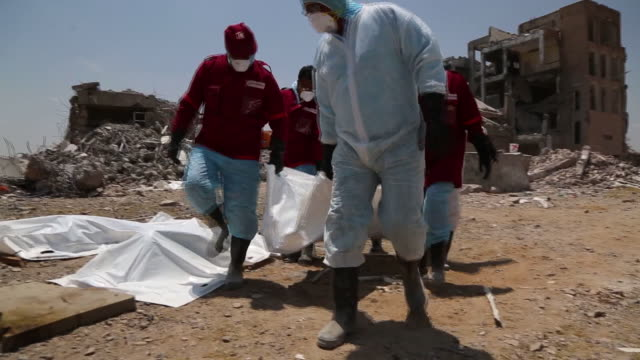 vídeos y material grabado en eventos de stock de rescue workers search for victims of the airstrikes that hit dhamar province in yemen on september 07. more than 130 prisoners were killed in the... - yemen