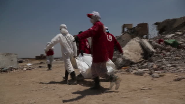 rescue workers search for victims of the airstrikes that hit dhamar province in yemen on september 07. more than 130 prisoners were killed in the... - yemen bildbanksvideor och videomaterial från bakom kulisserna