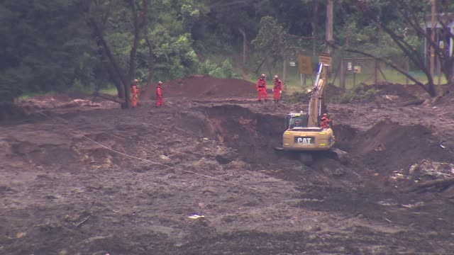 rescue workers searching mud and mining waste after dam collapsed near brumadinho minas gerais brazil - minas stock videos and b-roll footage