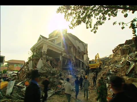 stockvideo's en b-roll-footage met rescuers pull survivor from rubble following deadly earthquake samoa indonesia 2 october 2009 - samoa