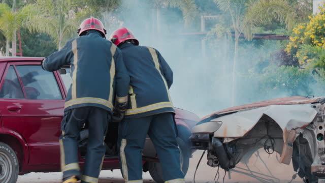犠牲者を助けるために走っている救助者。 - 救助隊点の映像素材/bロール