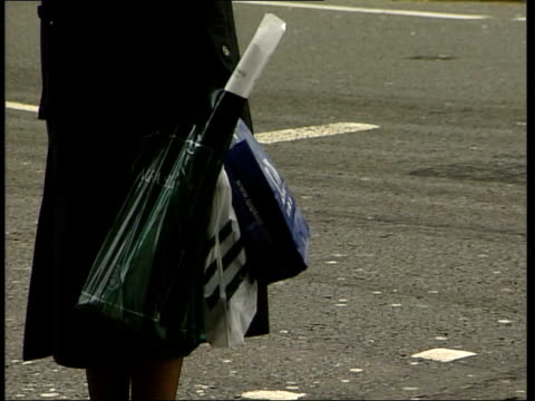 vídeos de stock, filmes e b-roll de research claims britain is a nation of shopaholics england london people along street holding shopping bags la ms woman holding shopping bags as... - viciado em compras