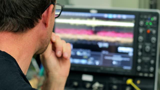 Forscher betrachten Oszilloskop Messung von Transienten Fotostromes in organischen Halbleitern