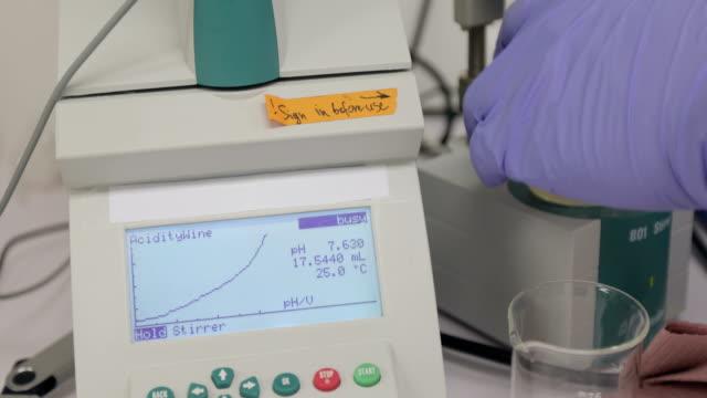 酸性ブドウ研究のための測定機を使用しての研究者 - 酸点の映像素材/bロール