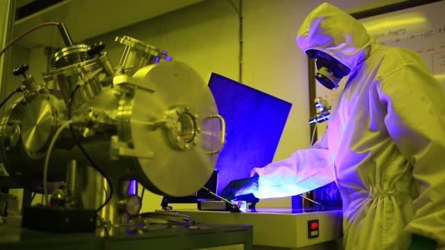 適格性確認作業には、検査用顕微鏡ます。 - 発光色点の映像素材/bロール