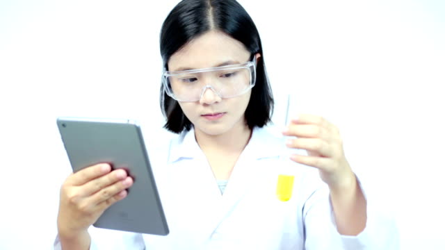 forscher arbeiten mit chemikalien hinweis für tablet - schutzbrille freisteller stock-videos und b-roll-filmmaterial