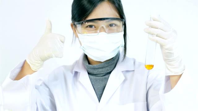 forscher arbeiten mit chemikalien - schutzbrille freisteller stock-videos und b-roll-filmmaterial