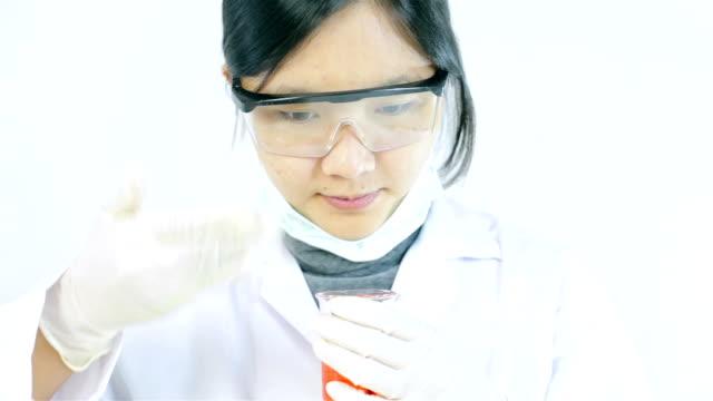 forscher arbeiten mit chemikalien, riechen - schutzbrille freisteller stock-videos und b-roll-filmmaterial