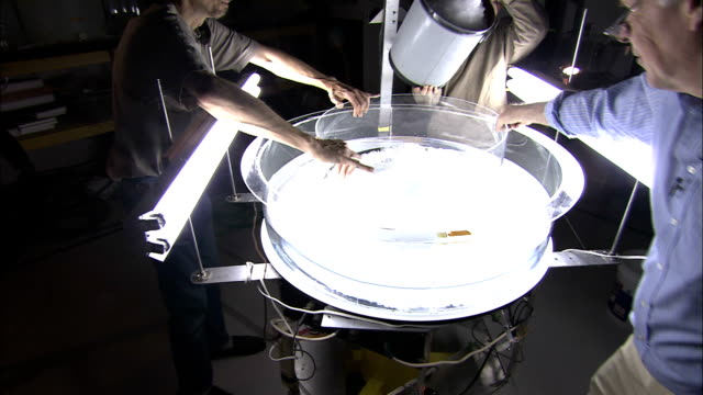 stockvideo's en b-roll-footage met researchers fill a bowl with ice in a storm simulator machine. - universiteit van washington