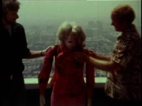 vídeos de stock, filmes e b-roll de 1978 zo researchers throwing a crash test dummy off of a building / united states - balançando