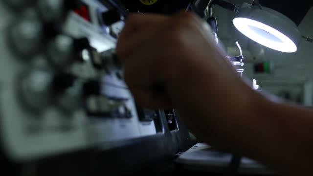stockvideo's en b-roll-footage met onderzoekers met behulp van een microscoop in laboratorium - biologie