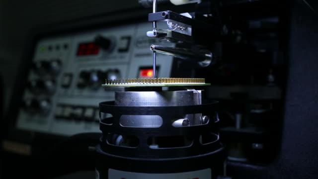 wissenschaftler mit einem mikroskop im labor - optisches gerät stock-videos und b-roll-filmmaterial