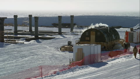 vidéos et rushes de zo researchers walking in snow next to the amundsen-scott south pole station / antarctica - pôle sud