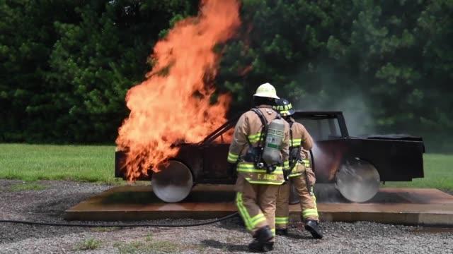 reserve citizen airmen respond to a car fire during patriot warrior 2018 - fire hose stock-videos und b-roll-filmmaterial