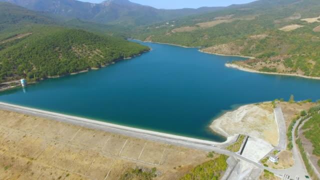 緑の山々 で空中: 貯水池 - クワッドコプター点の映像素材/bロール