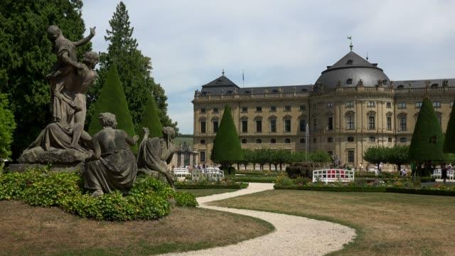 stockvideo's en b-roll-footage met residence and hofgarten, wuerzburg residence, wuerzburg, lower franconia, bavaria, germany - vrouwelijke gestalte