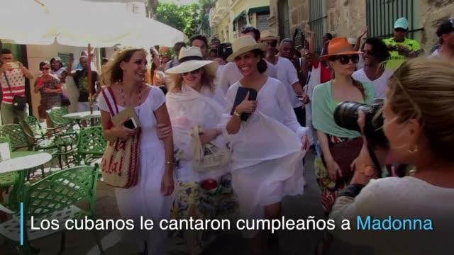 residentes de la capital cubana le cantaron cumpleanos a la cantante y actriz estadounidense madonna mientras paseaba por la habana donde celebro sus... - madonna singer stock videos and b-roll footage