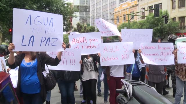 residentes de la la paz protestaron el viernes en contra de la decision del gobierno de racionar el agua en medio de la peor sequia en 25 anos en... - agua stock videos & royalty-free footage