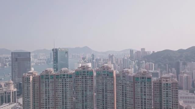 stockvideo's en b-roll-footage met residential buildings and skyscrapers in happy valley, hong kong. aerial drone view - hong kong