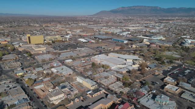 stockvideo's en b-roll-footage met woonwijk van albuquerque, new mexico, op een zonnige dag eind november. aerial drone video met de panoramische camerabeweging. - southwest usa