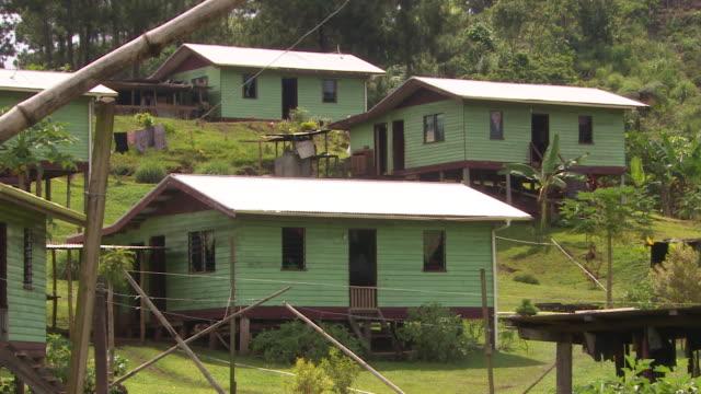 vídeos de stock, filmes e b-roll de residential dwellings in village of vunidogoloa fiji - oceano pacífico do sul