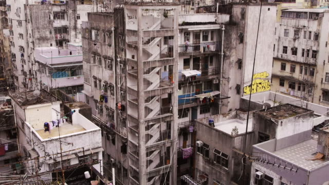 residential high rise buildings in sham shui po, kowloon, hong kong. - 人口爆発点の映像素材/bロール