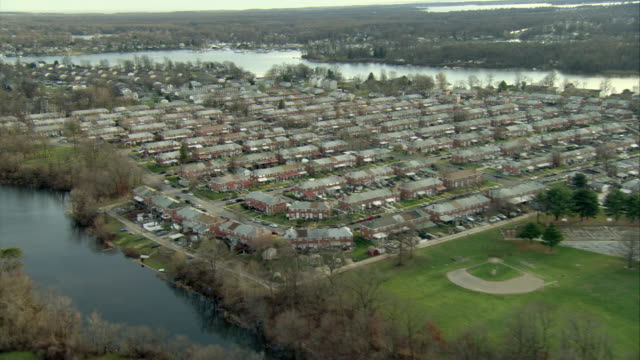aerial residential housing estate surrounded by lake  / baltimore, maryland, usa - maryland delstat bildbanksvideor och videomaterial från bakom kulisserna