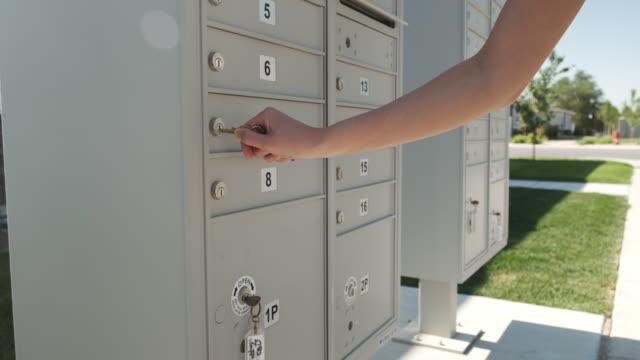 stockvideo's en b-roll-footage met residentiële mailbox - brievenbus huis
