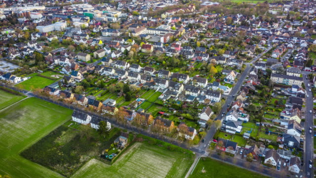 wohnviertel - aerial hyperlapse - vorort wohnsiedlung stock-videos und b-roll-filmmaterial