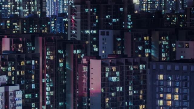 vidéos et rushes de t/l ha pan quartier résidentiel, appartement de grille dans la nuit / pékin, chine - rougeoyer