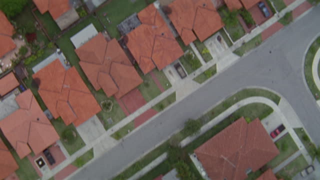 vidéos et rushes de residential neighborhoods feature red rooftops and swimming pools. - ontario canada