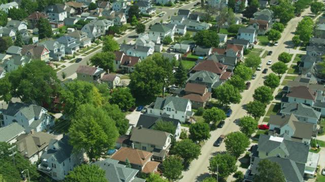 ウィスコンシン州フォンデュラックの住宅街 - ドローンショット - ウィスコンシン州点の映像素材/bロール