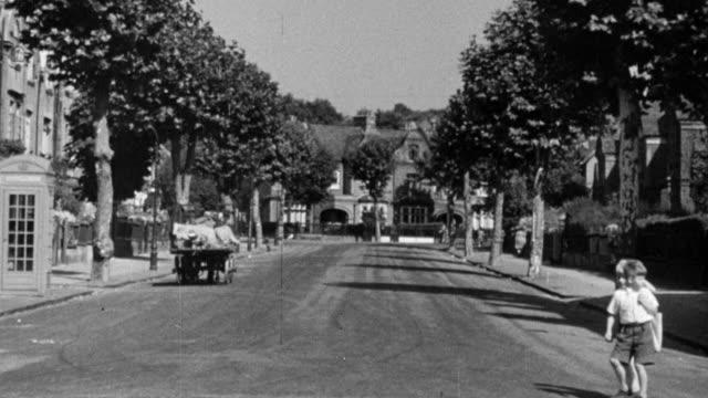 vidéos et rushes de 1948 montage residential street in peckham / london, england - stéréotype de la classe moyenne