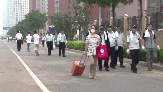 vídeos de stock e filmes b-roll de residents around the site of giant chemical explosions in the chinese port of tianjin are evacuated over fears of highlypoisonous sodium cyanide... - sódio