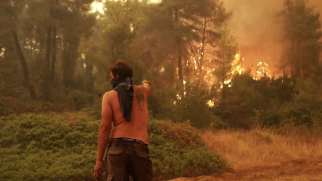 vídeos de stock, filmes e b-roll de residents fighting the wildfire in village of gouves on euboea island, greece on sunday, august 8, 2021. - grécia