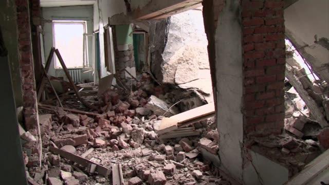 stockvideo's en b-roll-footage met residents flee the town of svitlodarsk in eastern ukraine after shelling by pro russian rebels - vermijden